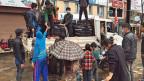 Freiwillige Helfer verteilen Hilfsgüter von einem Lastwafen - in einer Strasse der nepalesischen Hauptstadt Kathmandu.