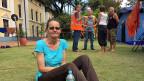 Eine französische Biologin, die in Nepal einen Freiwilligeneinsatz geleistet hatte erzählt, auf der französischen Botschaft habe man ihr gesagt, sie müsse sich alleine durchschlagen. Nun campiert sie im Garten der Schweizer Botschaft.