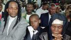 Koigi wa Wamwere auf einem Bild von 1997, neben ihm sein Sohn und seine Mutter. Der ehemalige kenianische Finanzminister sass für seine Überzeugungen elf Jahre im Gefängnis.