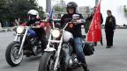 Mitglieder der umstrittenen russischen Motorradfahrer «Nachtwölfe» am Samstag, 2. Mai 2015, vor dem Russendenkmal am Schwarzenbergplatz in Wien.