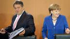 Vizekanzler Sigmar Gabriel schiebt die Verantwortung für weitere eventuelle Enthüllungen voll auf seine Regierungspartnerin, Bundeskanzlerin Merkel: «Ich habe nach dem Auftauchen der ersten Hinweise die Kanzlerin zwei Mal gefragt, ob es Wirtschaftsspionage gibt, beide Male ist das mir gegenüber verneint worden».