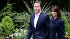 Premier David Cameron und seine Gattin Samantha auf dem Heimweg in die  Downing Street 10.