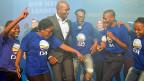 Der neue DA-Chef Mmusi Maimane feiert mit Parteimitgliedern.