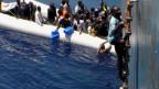 Dramatische Rettung von Flüchtlingen auf dem Mittelmeer, in der Nähe von Sizilien (Mai 2015).