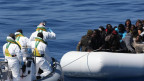Die italienische Küstenwache nähert sich einem Flüchtlingsboot im Mittelmeer (April 2015).