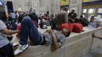 Migranten warten am Hauptbahnhof von Mailand auf die Weiterfahrt nach Norden (Juni 2014).