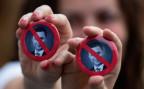 Demonstrantinnen mit Anti-Gruevsky-Ansteckknöpfen