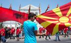 Ein Demonstrant schwenkt die mazedonische und die albanische Fahne vor dem Regierungsgebäude in Skopje