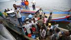 Die Situation der vor allem aus Burma geflüchteten Rohingya spottet jeder Beschreibung. Bild: Ankunft eines Flüchtlingsbootes auf der indonesischen Insel Aceh.