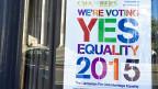 Ein Ja würde bedeuten, dass die gleichgeschlechtliche Ehe in der irischen Verfassung denselben Status genösse wie die herkömmliche Ehe zwischen Mann und Frau.