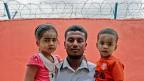 Ein Vater von der moslemischen Minderheit der Rohingya - mit seinen zwei Kindern.