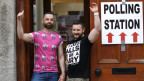Ein Schwulenpaar vor dem Stimmlokal in Drogheda, Irland