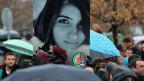 An einem Gedenkmarsch für die ermordete türkische Studentin tragen Angehörige das Portrait der jungen Frau.