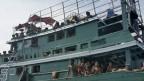 Hunderte von Migranten treiben auf einem Boot 17 km vor der Küste.