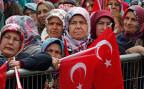Anhängerinnen des türkischen Präsidenten Erdogan an einer Wahlveranstaltung
