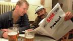 Zwei Restaurantgäste lesen die traditionelle slowakische Tageszeitung «Sme».