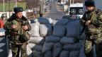 Ukrainische Grenzsoldaten stehen an einem Kontrollpunkt an der Grenze zu der Moldawien abtrünnigen Transnistrien-Region in der Nähe von Odessa.