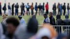 Migranten aus Afrika, Afghanistan und Syrien stehen Schlange für ein Abendessen am Jules Ferry-Tageszentrum in Calais.