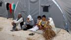 Eine syrische Flüchtlingsfamilie sitzt vor ihrem Zelt in einem türkischen Flüchtlingslager. Die Aufnahme der Flüchtlinge erfolgt auf Bitten der UNO.