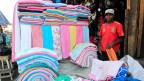 Das Abkommen soll den Warenverkehr erleichtern. Bild: Ein Händler verkauft Tücher am Markt in Nairobi.