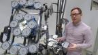 Roboter zur Dekontaminierung verstrahlter Betonwände: Ingenieur Patrick Kern vom Karlsruher Institut für Technologie präsentiert seinen Prototyp.