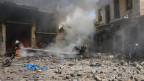 Die Zerstörung, das Leid sind immens. Zivilschutz-Mitglieder versuchen in der Altstadt von Aleppo ein Feuer zu löschen, welches durch Angriffe der syrischen Armee ausgelöst wurde.