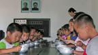 Archivbild aus dem Jahr 2005. Kinder werden aufgrund der Nahrungsmittelkrise staatlich verpflegt.