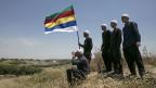 Die Drusen sind eine islamische religiöse Minderheit. Sie leben  in Israel, in Syrien und im Libanon. Eine Gruppe von ihnen beobachtet an der Grenze zwischen Israel und Syrien das Kampfgeschehen in Syrien.