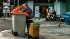 Auf der Suche nach noch Verwertbarem - in einem Abfallcontainer in den Strassen der spanischen Hauptstadt Madrid.
