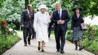 Prinz Philip, Queen Elizabeth II. und der deutsche Bundespräsident Joachim Gauck im Park von Schloss Bellevue in Berlin.