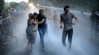 Mit Wasserwerfern vertreibt die Polizei in der armenischen Hauptstadt Erewan die Demonstrierenden.