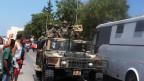 Mitglieder der tunesischen Sicherheitskräfte patrouillieren nach dem Anschlag  in  einer Strasse in al-Sousse am 26. Juni 2015.