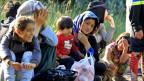 Migranten aus Afghanistan ruhen sich nach dem Überqueren der ungarisch-serbischen Grenze nahe ungarischen Stadt Asotthalom aus.