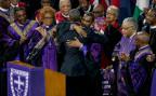 Bischöffe applaudieren dem Präsidenten Barack Obama, nach dessen Rede zur Beerdigung von Reverend Clementa Pinckney