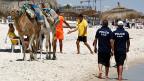 Tunesien kämpft nicht erst seit diesem Jahr gegen politische Attentäter. Während der Prozess gegen den mutmasslichen Mörder von Chokri Belaïd, läuft, patroullieren Polizisten nach dem Anschlag vom Wochenende am Strand des Badeortes Sousse.