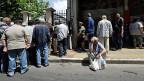 Der Augenschein in Athen zeigt: Die Armut hat zugenommen. Warten auf eine Mahlzeit vor einer Athener Suppenküche.