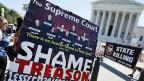 Dass der Oberste Gerichtshof zugunsten der gleichgeschlechtlichen Ehe und zugunsten von Obamas Krankenversicherung entschieden habe, sei nichts anderes als richterlicher Aktivismus, meinen die US-Republikaner.  Proteste gegen die Entscheide des Supreme Court in Washington am 29. Juni 2015.