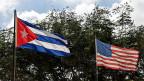 Die Flaggen von Kuba und der USA flattern in Havanna.