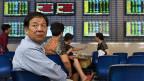 Seit den Kurseinbrüchen scheint Chinas Regierung dem Markt nicht mehr zu vertrauen. Mit tieferen Leitzinsen und Milliardenbeträgen versucht der Staat die Börsenkurse künstlich zu stützen.
