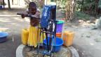 Sauberes Wasser strömt nun aus dem neuen Brunnen im Dorf Ifakara inTansania.