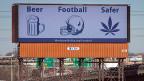 Vor 20 Jahren noch unvorstellbar: Am Highway 495 in Secaucus im US-Bundesstaat New Jersey, steht ein Plakat, das besagt: Marihuana ist sicherer als Bier oder Fussball.