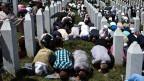 In Srebrenica beten die Menschen für die Opfer des Massakers.