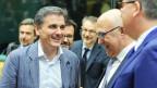 Der neue griechische Finanzminister wird von den Euro-Finanzministern begrüsst.