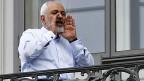 Irans Aussenminister Zarif kommuniziert mit Journalisten - von einem Balkon des Palais Coburg aus, wo die Verhandlungen stattgefunden haben.