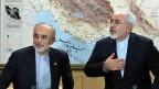 Medienkonferenz auf dem Flughafen von Teheran - nach Abschluss des Atomabkommens: Aussenminister Mohammad Javad Zarif und der Chef der iranischen Atomenergiebehörde, Ali Akbar Salehi.