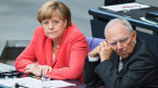 Bundeskanzlerin Angela Merkel (links) und Finanzminister Wolfgang Schäuble am Deutschen Bundestag am 17. Juli 2015.