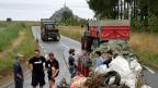 Vor der Welterbe-Kulisse Mont-Saint-Michel. Junge Bauern blockieren die Zufahrtsstrasse.