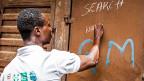 Einer der freiwilligen Gesundheitsarbeiter markiert in der Hauptstadt von Sierra Leone nach einem Kontrollbesuch, dass das Haus «sauber» ist; er hat keine Ebola-Kranken angetroffen.