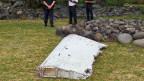 Französische Polizisten bewachen das auf La Réunion gefundene Wrackteil. Noch ist unklar, ob es zur verschwundenen Malaysia Airlines Flug MH370 gehört.