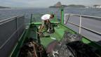 Abfallsammlung in Guanabara Bay in Rio de Janeiro, Brasilien. Schon bald beginnen im verschmutzten Wasser die Tests für die Olympischen Sommerspiele 2016.